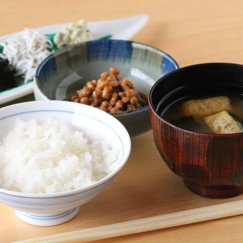 和食もご用意しております♪味噌汁の内容は月替わりでご用意
