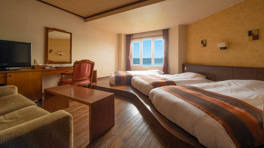 【中央館】スーペリアツイン 高さ20センチのローベッドタイプ。3名の利用が可能な湖側客室