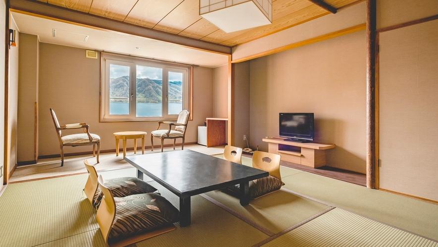 【東館】和室10畳 温泉宿定番の和室。5名までの利用が可能な湖側客室