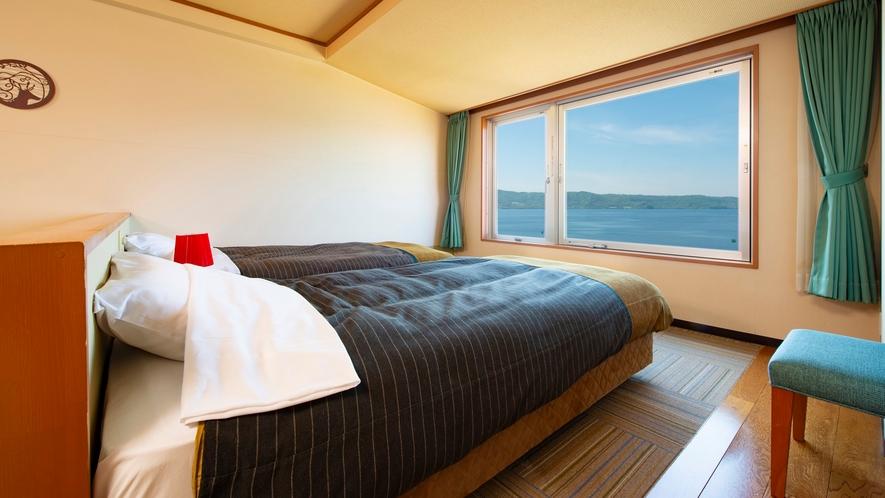 【西館】和洋室 洞爺湖を望む窓辺にベッドを配した部屋と畳の団欒スペースを配した部屋の2タイプを用意