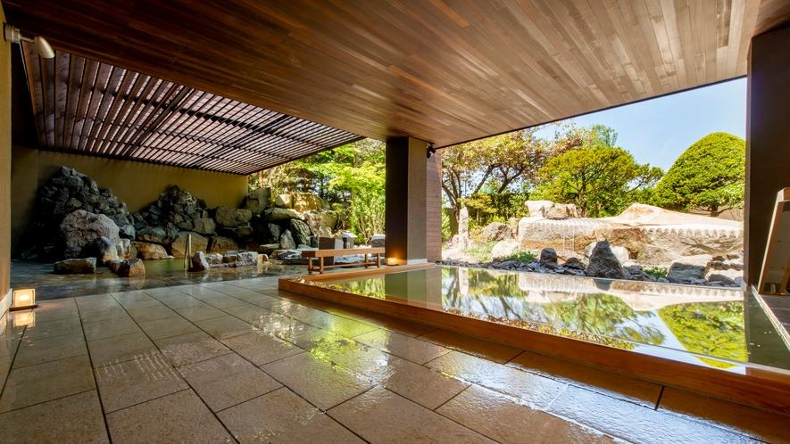 【月の湯】2019年5月にリニューアルした地下1階大浴場「月の湯」。 庭園を望む露天風呂