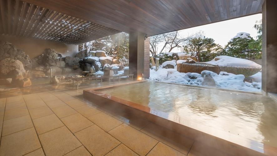 【月の湯・冬】2019年5月にリニューアルした地下1階大浴場「月の湯」。 庭園を望む露天風呂