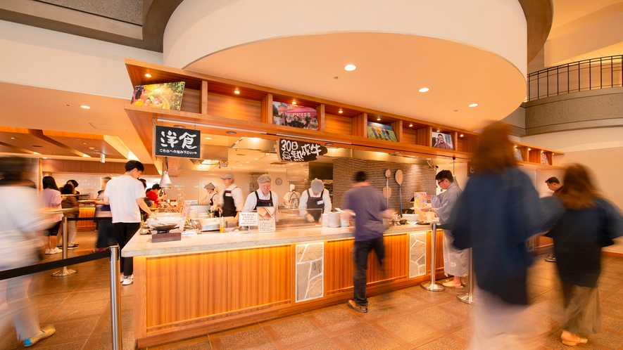 【夕食】沸き立つ香りや鍋をあおる音、焼上がりを知らせる鐘の音に活気と熱気を感じるビュッフェレストラン