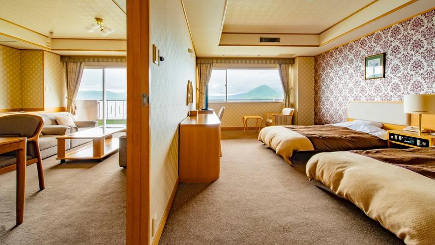 【西館】特別室1980号室 リビングルームとツインベッドの寝室がある湖側客室