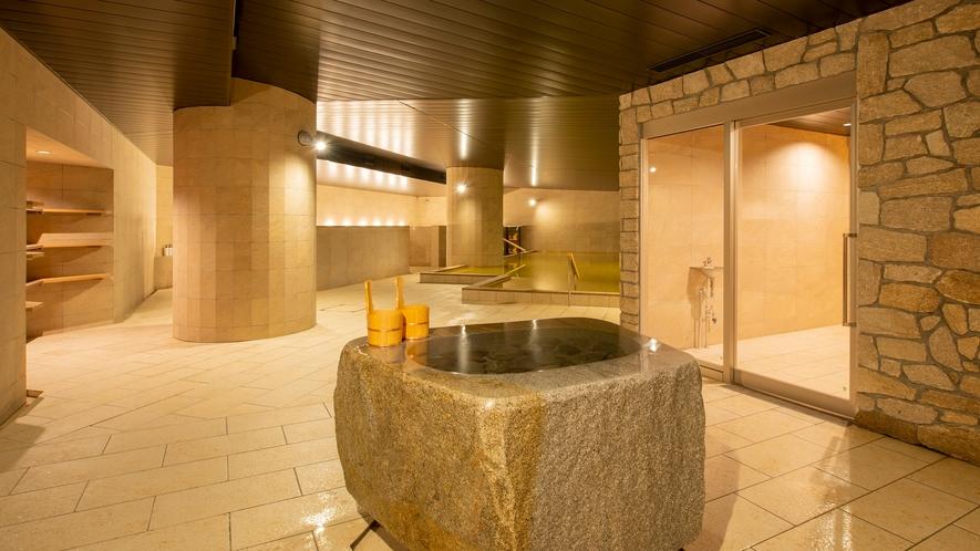 【月の湯】2019年5月にリニューアルした地下1階大浴場「月の湯」。移り変わる景色を望む大浴場