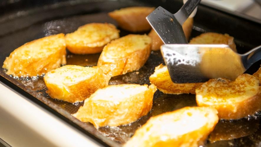 【朝食】フレンチトーストには3種の手作り果肉ソースやあんこや蜂蜜などを自分好みにトッピング♪
