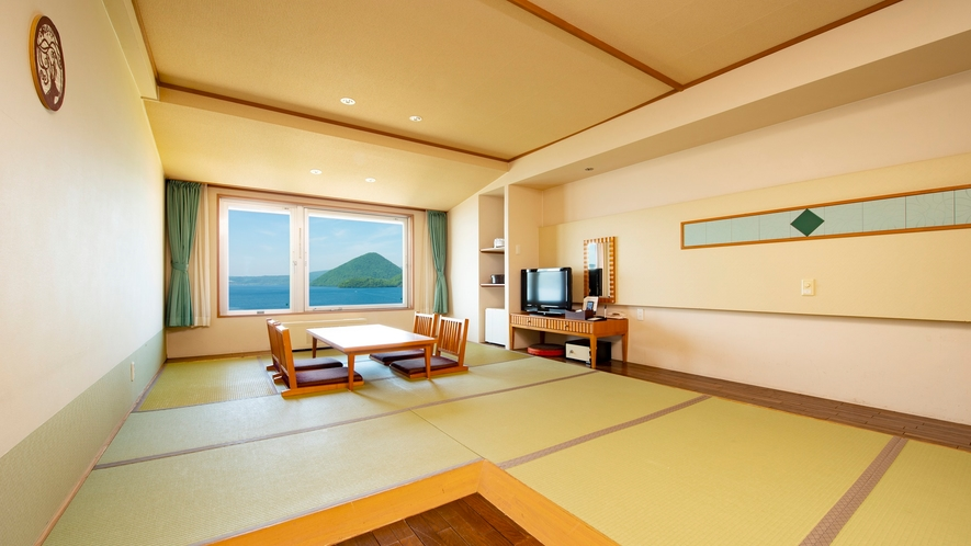 【西館】和室10畳 温泉宿定番の和室。5名の利用が可能な湖側客室