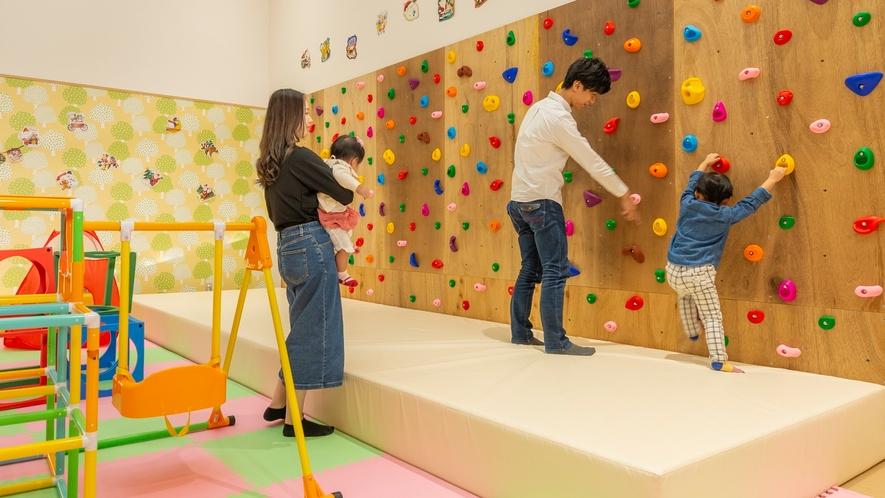 【キッズスペース】中央館1階 ボルダリングに挑戦!