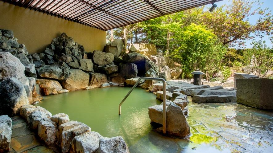 【月の湯】2019年5月にリニューアルした大浴場「月の湯」。石を基調とした景色に調和する露天岩風呂