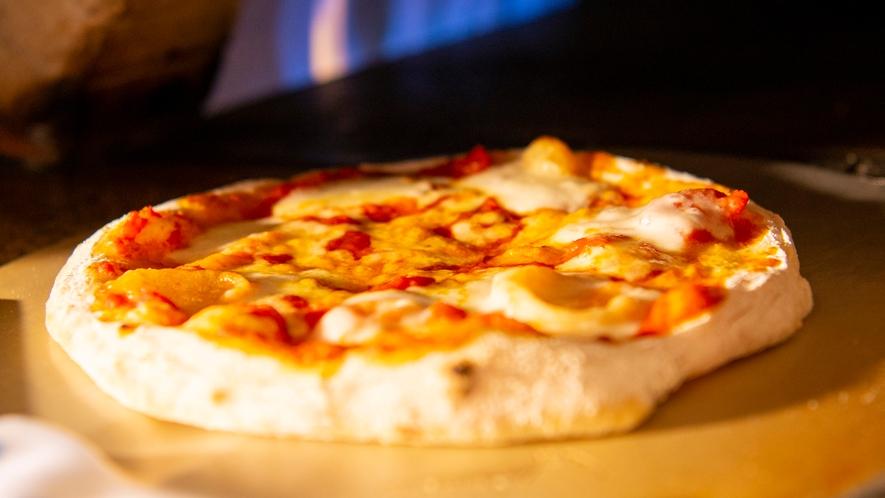 【夕食】レストランライブキッチンに設けた石窯で焼き上げる自家製チーズ使用のピッツァ
