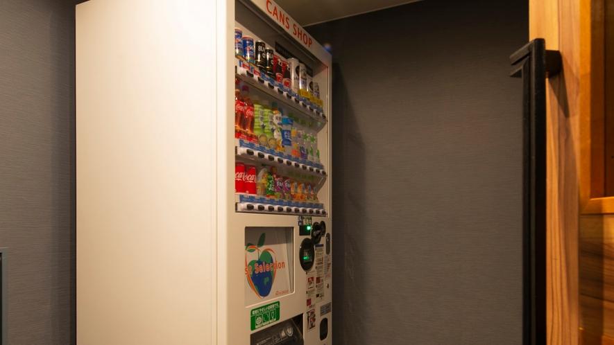 【自動販売機】扉付の自動販売機を設置。深夜の購入でも音を気にすることなく利用できます。