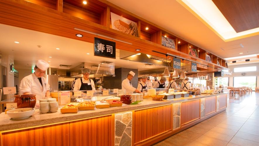 【夕食】エイジングビーフステーキ、石窯焼ピッツァは出来立てアツアツをライブキッチンより提供!