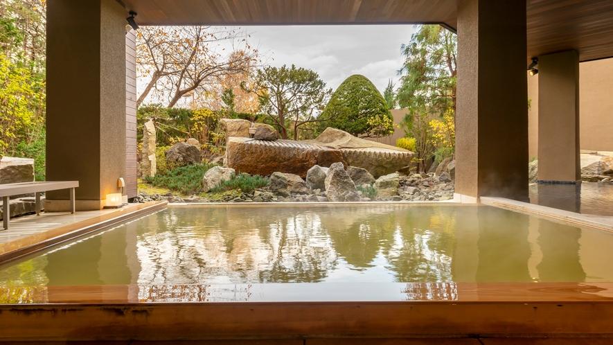 【月の湯・秋】2019年5月にリニューアルした地下1階大浴場「月の湯」。庭園を望む露天風呂