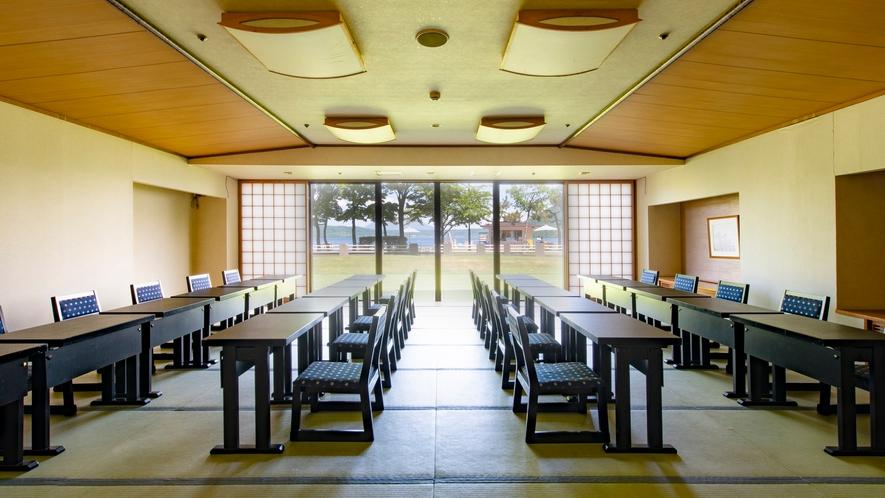【宴会場】住之江 8~30名の食事に対応する洞爺湖が見える宴会場