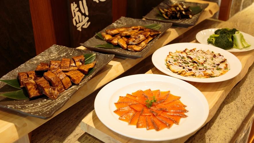 【自家製】レストラン併設の燻製工房でつくるのはサーモンやタコ、サバ、豆腐、野菜のスモーク。