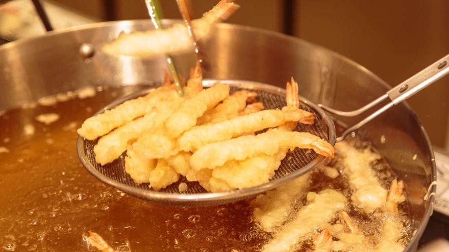 【夕食】天ぷら、エイジングビーフステーキ、石窯焼ピッツァは出来立てアツアツをライブキッチンより提供!