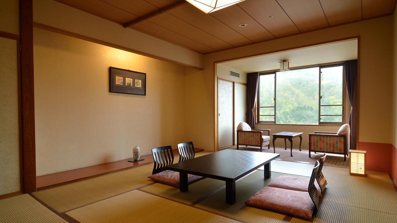【和室10畳】窓際には2畳程の縁側。開放感のあるお部屋で、ゆったりと流れるリゾート時間を満喫。