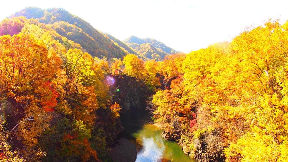 【定山渓紅葉風景】定山渓温泉からほど近い場所で紅葉をたどるカヌーツーリングが体験できます