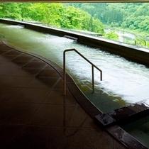 緑が美しい渓流展望風呂