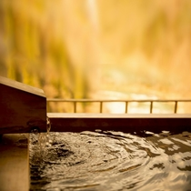 客室露天風呂(和洋室) 露天風呂の湯面
