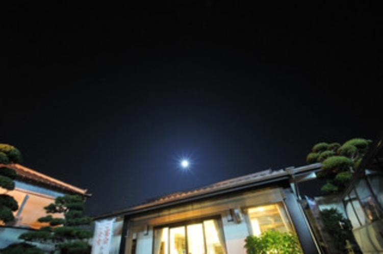 旅館玄関前 月夜