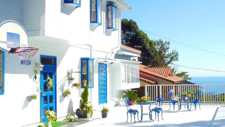 ・地中海をイメージしたブルーとホワイトの外観