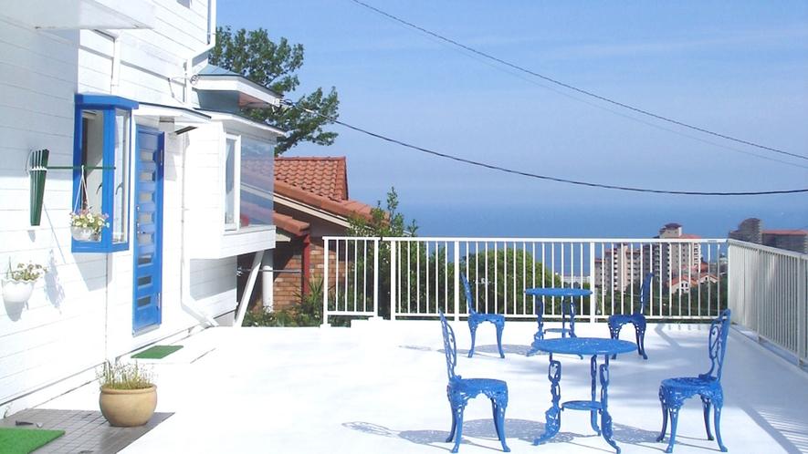 ・ギリシャのエーゲ海を思わすテラス。伊豆諸島の浮かぶ太平洋を見渡します