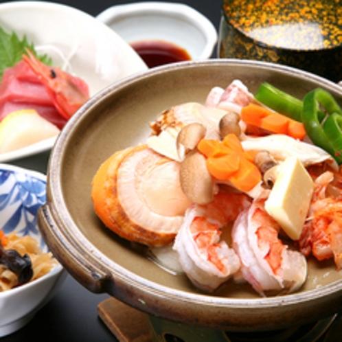 *【海鮮陶板焼き】新鮮な車エビ・帆立・イカの三種の海の幸を陶板焼でお召し上がりいただきます。