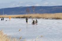 能取湖氷上穴釣り風景