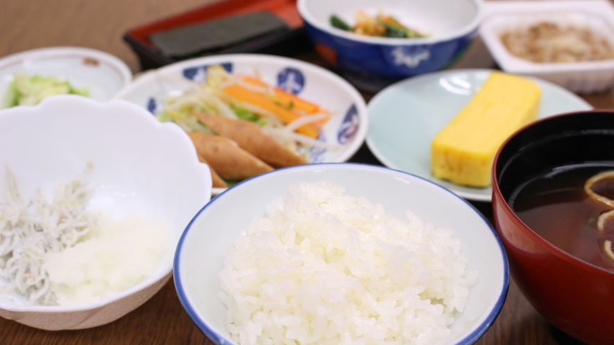 *【朝食一例】炊き立てごはん&味噌汁お替り自由です