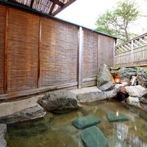 *【檜の湯】檜の香りに満たされた内湯と自然の息吹が感じられる露天付風呂でプライベートな時をどうぞ。