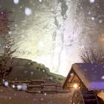【たるまかねこおり】氷結した「たるまの滝」の目の前には合掌小屋「たるまの館」があります