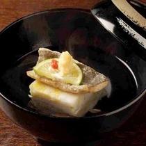 奥飛騨の恵みを手間ひまかけて逸品に仕立てるなど、旬の味覚を楽しんでいただける料理です。