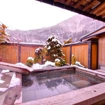 *【陶の湯】奥飛騨の自然を眺めながら浸かる貸切露天付浴室。肌に染み入る温泉の心地良さをご堪能下さい。