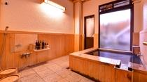 *檜の湯 檜の香りに満たされた内湯と自然の息吹が感じられる露天付風呂でプライベートな時をどうぞ。