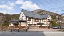 *【外観】奥飛騨の自然を望む当館