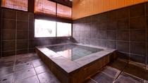 *岩の湯 自然の風景をバックに入る岩の露天風呂が爽快。御影石の内湯とともにお愉しみ下さい。
