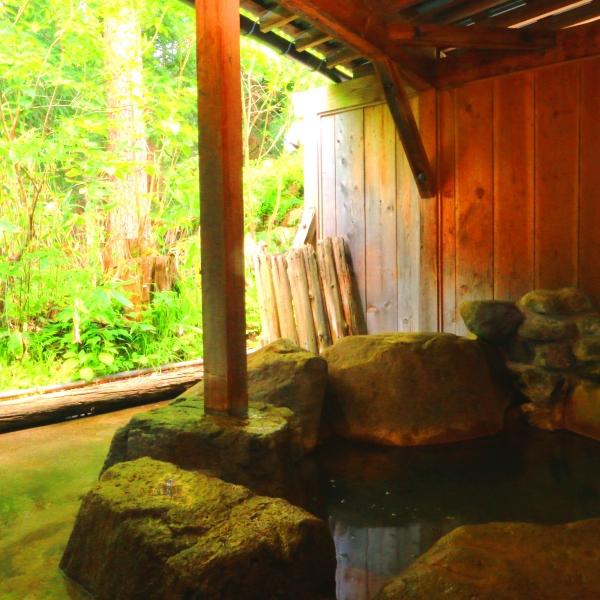 【温泉】貸切露天(杉の湯)3つある貸切露天のひとつ。こぢんまりとしている分お湯の入替が早いのが人気。