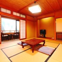【客室】新館10畳。脚を伸ばして寛いで、お風呂上りにはゴロリ。
