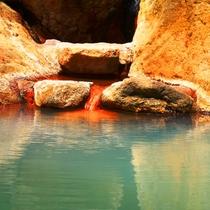 【温泉】貸切露天(もみじの湯)湯口から絶え間なく注がれるのは湯ざわりさっぱりの硫黄泉。