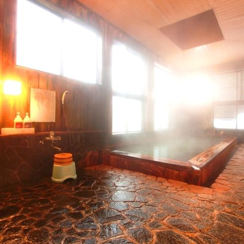 【温泉】内湯(男湯)檜造りの内湯。鉄分を含む「アカンダナの湯」に浸かれば体がいつまでもぽっかぽか。