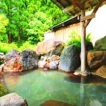 【温泉】露天(男湯)露天風呂の湯は「宝の湯2号泉」石鹸と似た成分が含まれさっぱりとした肌触り。