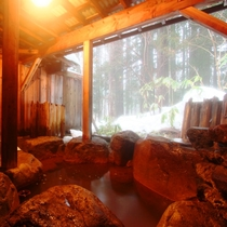 【温泉】貸切露天(杉の湯)3つある貸切露天のひとつ。こぢんまりとしている分お湯の入替が早い。