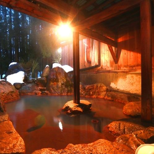 【温泉】貸切露天(もみじの湯)貸切露天の中で大きい浴槽。仲間とわいわい、カップルや夫婦で贅沢に。