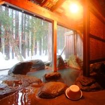 【温泉】貸切露天(笹の湯)3つある貸切露天のひとつ。四季折々の美しさに囲まれてのんびり。