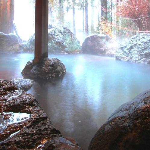 【温泉】露天(女湯)露天風呂の湯は「宝の湯2号泉」石鹸と似た成分が含まれさっぱりとした肌触り。