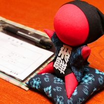 【館内】フロント。ようこそ湯の平館へ.さるぼぼ人形がお出迎え。