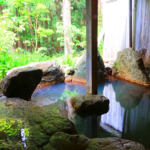 【温泉】貸切露天(笹の湯)3つある貸切露天のひとつ。新緑の木々を眺めながらゆっくりと。