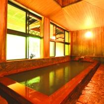 【温泉】内湯(女湯)檜造りの内湯。新緑の時期、窓に映る木々がまるで絵画のようです。