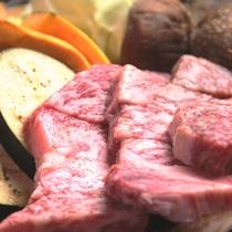 夕食の飛騨牛炙り焼き。とろける味わいをお好みの焼き具合で楽しめます。